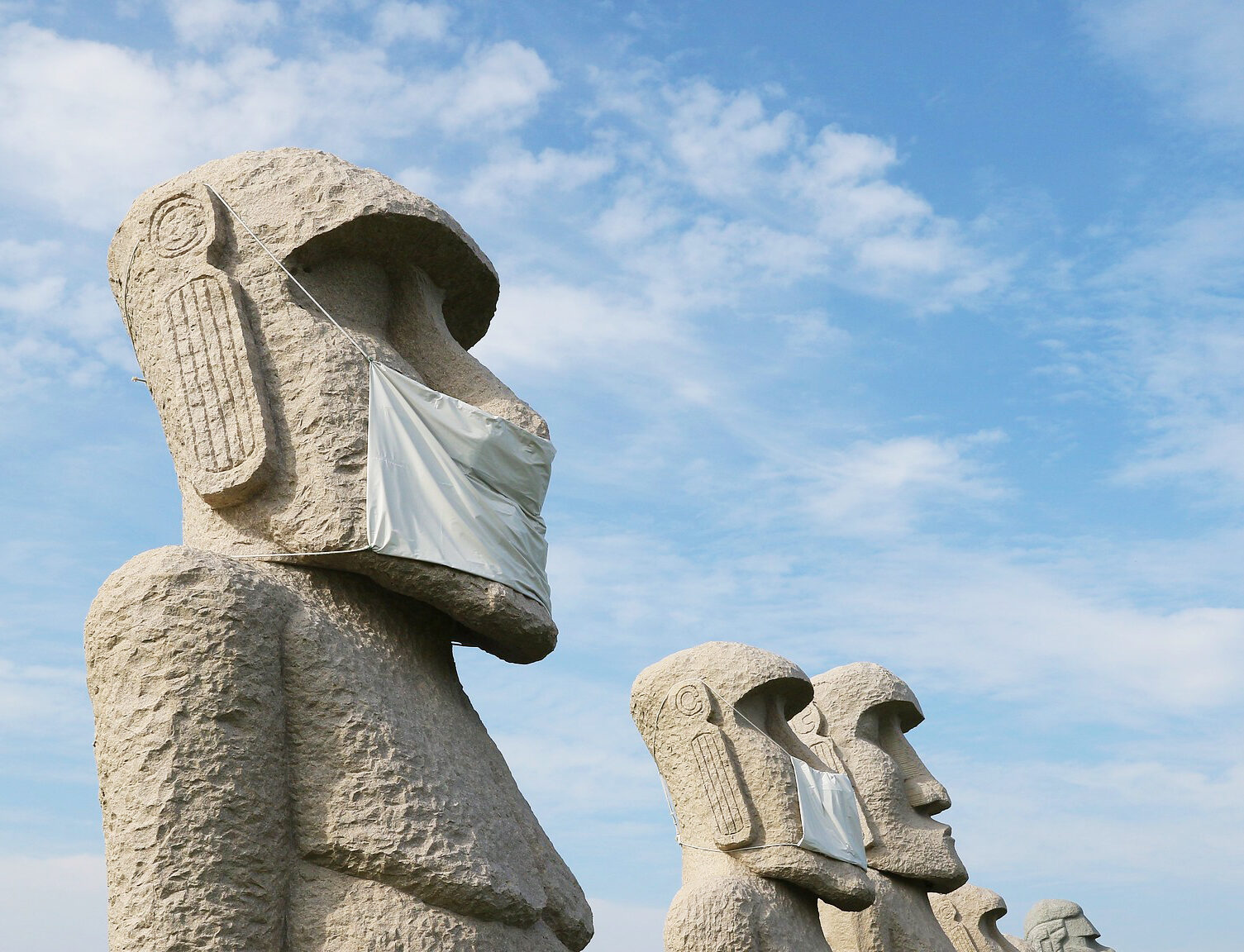 Moai-Statuen der Osterinseln mit Mund-Nase-Masken